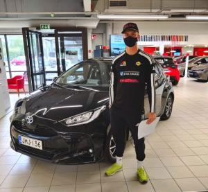 SiiPen Sebastian Lahti kurvailee jatkossa uudella Toyota Yaris Hybridillä😊 Onnittelut autokaupoista ja onnea peleihin😀💪@siilinjä...