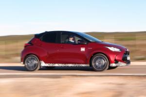Koeajo: Toyota Yaris Hybrid – Täysin uudistunut Suomen suosituin pikkuauto on aiempaa tanakampi ja taloudellisempi