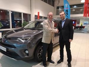 Juha Tuomisen kohtalokas Autoliiton Ecorun taloudellisuusajokisa johti Toyota RAV4 Hybrid kaupoille. Tuominen ajoi loistavasti valtakunnallisen Ecorun kilpailun kolmanneksi Lahdessa lokakuussa, nyt hän pääsee nauttimaan taloudellisesta Hybrid-ajosta uuden RAV4:n ratissa. Turvallisia ja ekologisia ajokilometrejä jatkossakin😊