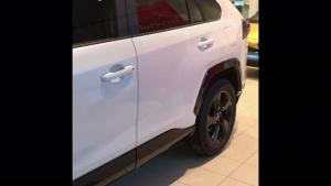 Polttoainetaloudellisuus, vakaa ja vahva ajoelämys, massasta erottuva muotoilu sekä ruhtinaalliset tilat. Kuulostaako houkuttelevalta? Uusi RAV4 on loistava valinta myös työsuhdeautoksi koska etuvetoisen Hybrid Activen päästölukema 126 g/km jättää kilpailijat taakseen ja mahtuu lukuisien yritysten 130 gramman CO2-päästöraamiin. Tule tutustumaan ja koeajamaan täysin uusi Toyota RAV4 Kuopion Autokaupalla. Koeajettavissa nyt etuvetoisena 2,5 Hybrid Active automaatti ja 2.0 Active automaatti. Tutustu RAV4-malliin tarkemmin verkkosivuillamme: https://www.kuopionautokauppa.fi/autot/rav4.html