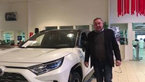 Kuopion Autokaupan henkilökunnan esittely – Jarmo Myyntipäällikkömme Jarmo Hytönen löytää Toyota-valikoimastamme juuri sinulle sopivimman ratkaisun. Videolta kuulet Jarmon terveiset asiakkaillemme.