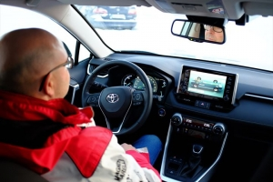 Huippuunsa vietyä mukavuutta Toyota RAV4 Hybridin kyydissä. 🚘 Kuljettajalle RAV4:n modernit sisätilat tarjoavat muuta liikennettä korkeammalla sijaitsevan istuimen, josta on erinomainen näkyvyys – ajomukavuutta unohtamatta. Lisäksi kaikki kuljettajan tarvitsemat toiminnot sijaitsevat käden ulottuvilla. Sisätilaratkaisut takaavat myös kanssamatkustajille reilusti tilaa. Tule tutustumaan uuteen, nykyaikaiseen Toyota RAV4 Hybridiin Kuopion Autokaupalle!