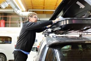 Eikö anoppi mahdu pääsiäisreissuun auton kyytiin? 🚘 Jätä autoon tilaa myös anopille ja pakkaa lasketteluvälineet Thule -suksiboksiin! Suksiboksi markkinoiden kuumimpaan hintaan Kuopion Autokaupalta: 329,- (norm. 399,-) Tuotteen tekniset tiedot: 232x70x40, paino 15kg, tilavuus 420L, kantavuus 50kg, max. kapasiteetti 4-6 paria suksia/lumilautoja. Maksimipituus suksille on 220 cm. Tarjous on voimassa toistaiseksi. Tervetuloa!
