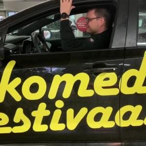 Olemme yhteistyökumppaneita Kuopion Komediafestareilla. Festareiden järjestelyt ovatkin sujuneet Jylhiksellä erinomaisesti uudella Corolla Hybridillä! Kurvaahan sinäkin testaamaan! 😊